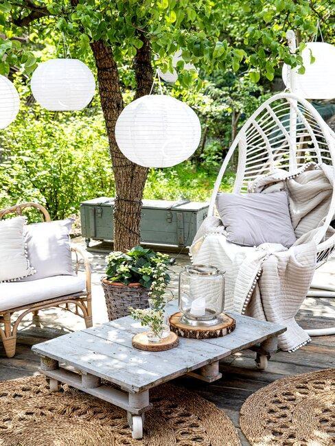 hangstoel met lage outdoor tafel