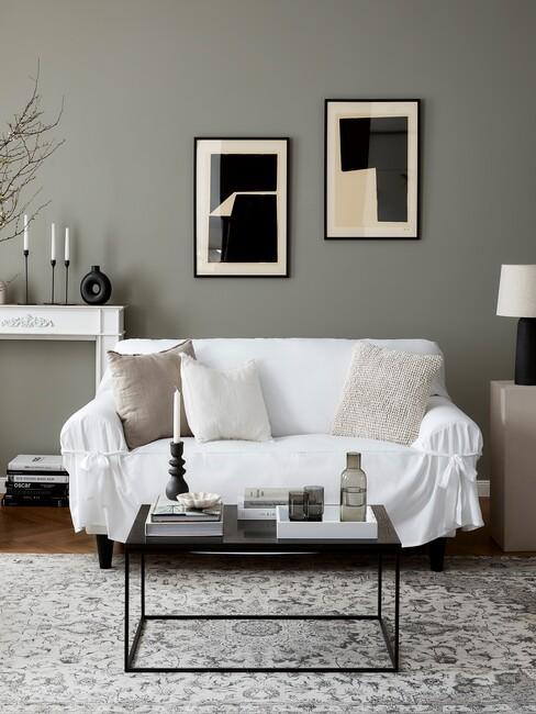stijlenmix: witte klassieke bank voor strakke zwarte salontafel