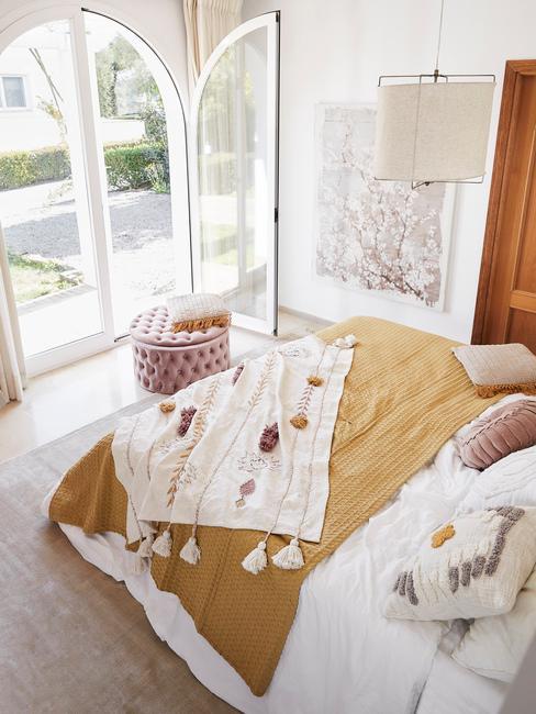 Opgeruimde slaapkamer met roze opbergpoef