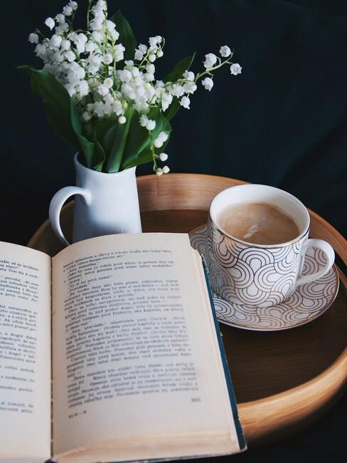 cadeau voor oma: een boek op een houten bijzettafel