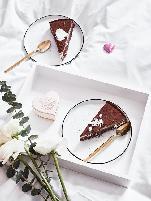 mama verrassen met chocolade cake op een dienblad