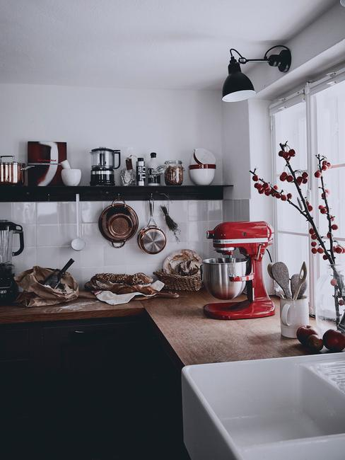 open keuken met schappen aan de wand en rode kitchenAid op het aanrecht