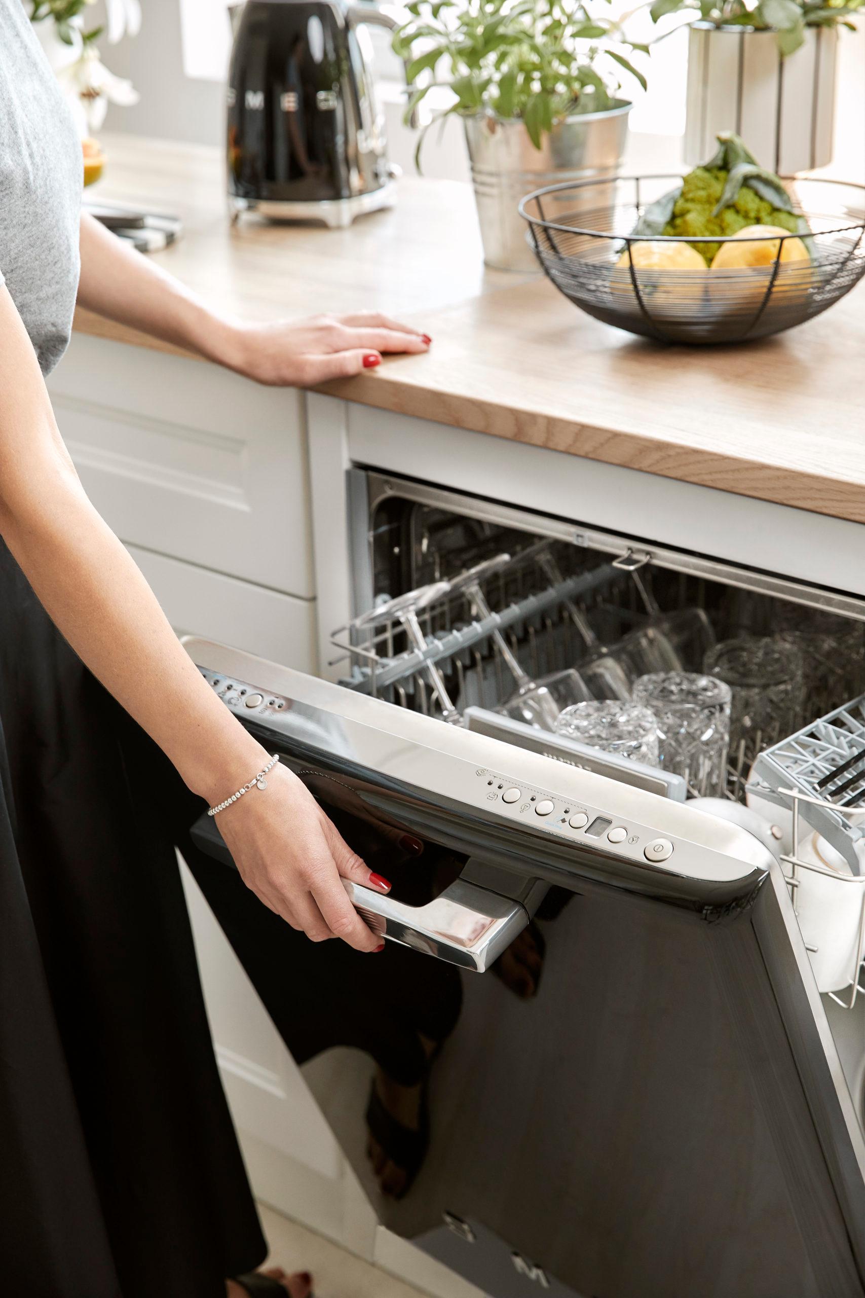 keuken met zwarte smeg vaatwasmachine