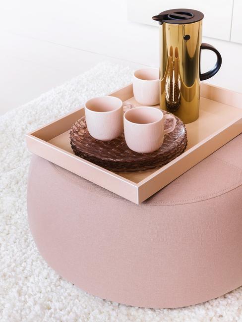 woonkamer decoratie: dienblad in roze en bekers met kruik in goud