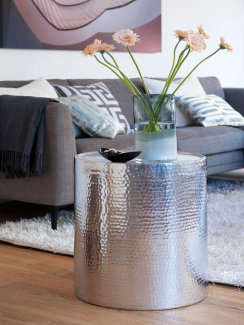 Bloemen in metalen vaas in woonkamer in scandi stijl