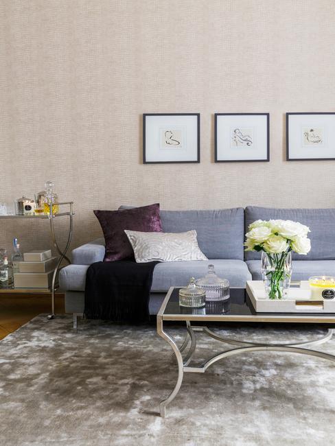 woonkamer decoratie: ingelijste prints en grijze zitbank