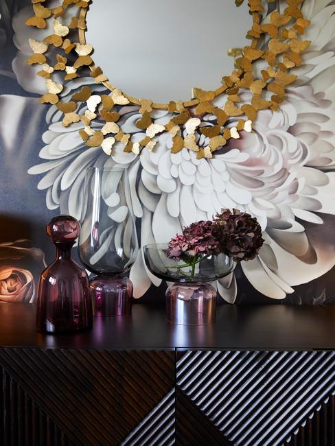 Opruimen: wandspiegel met zwarte decoratieve lijst