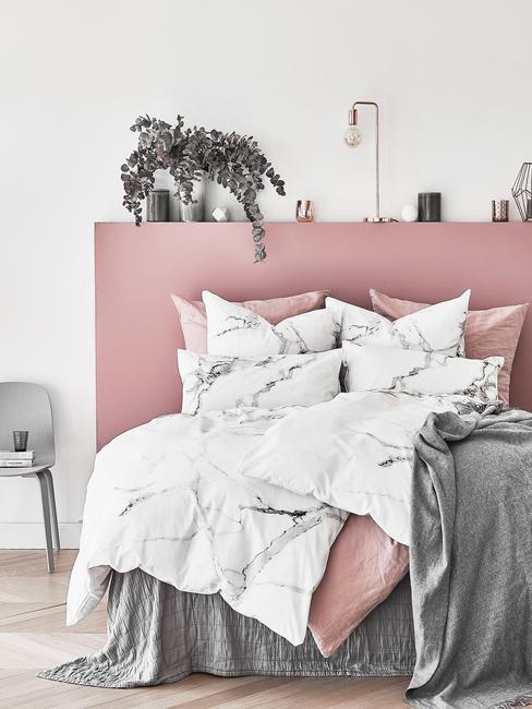 Slaapkamerdecoratie: in roze en wit met bedlinnen met marmeren print