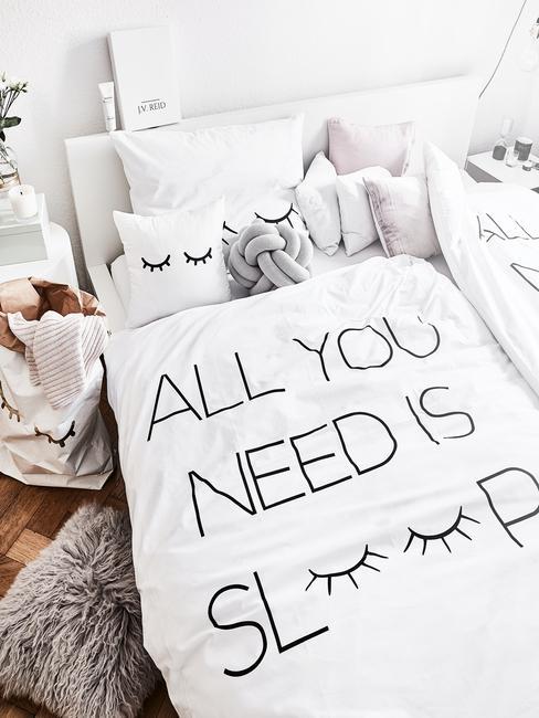 Witte bedlinnen in boho-stijl slaapkamer