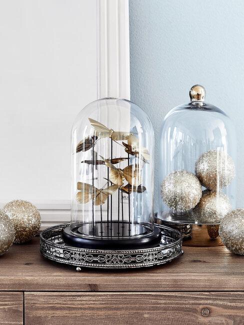 glazen stolp met kerstdecoratie
