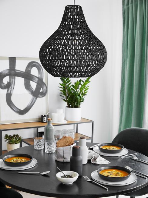 rond eettafel met zwarte hanglamp