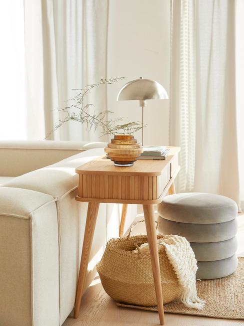 witte lennon sofa met houten wandtafel en lamp
