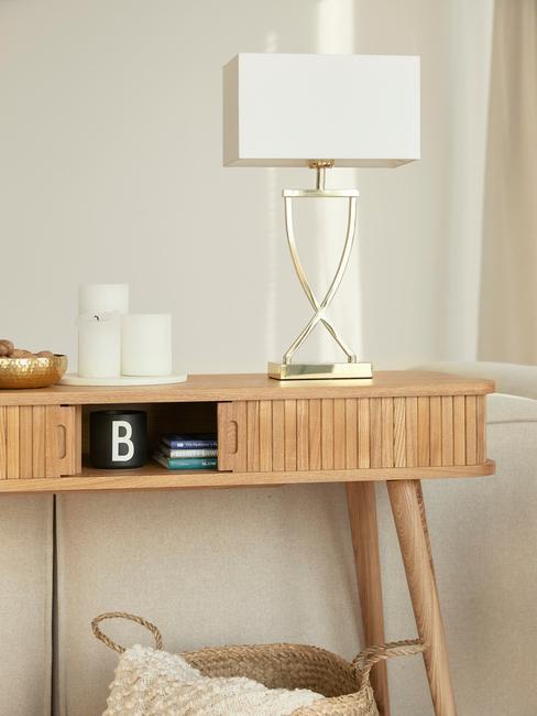 wandtafel van hout met tafellamp en decoratieve items