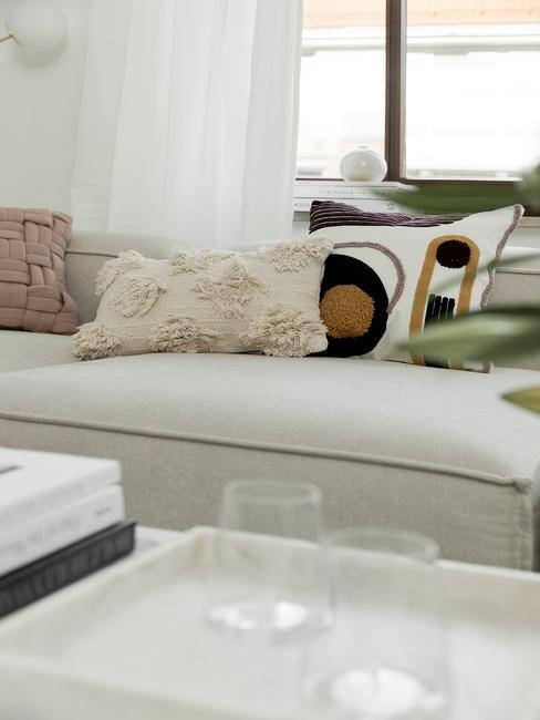 witte lennon sofa met decoratieve kussens