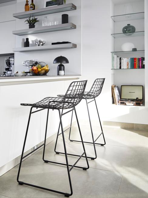Witte keukentrend met zwarte barkrukken