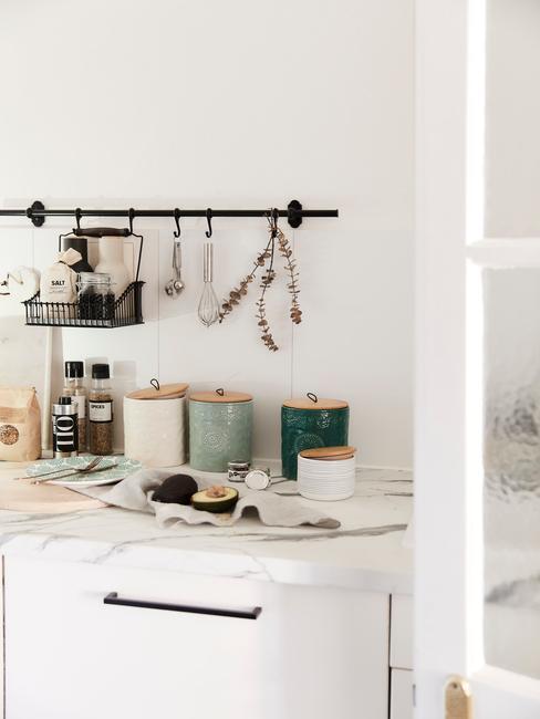 Witte keuken trend met zwarte handvaten
