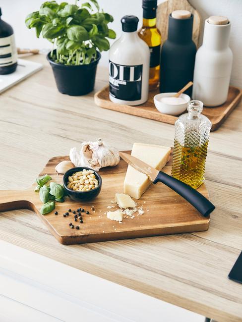 Houten keukenblad met houten snijplank