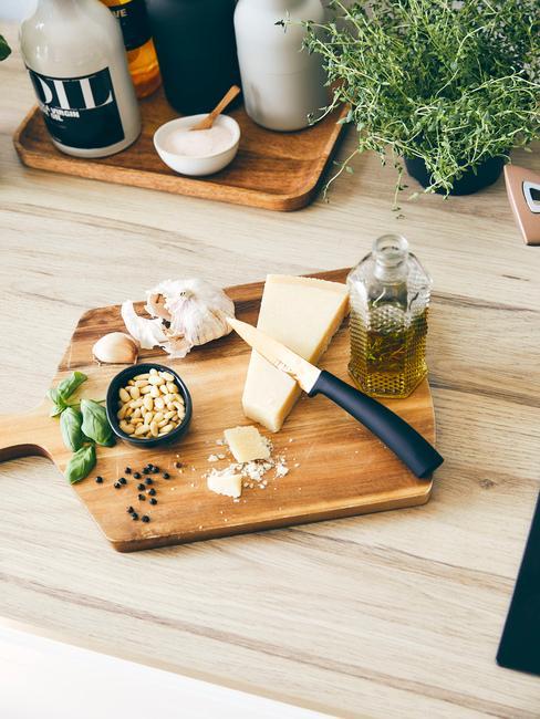 Houten keuken trend met houten snijplank