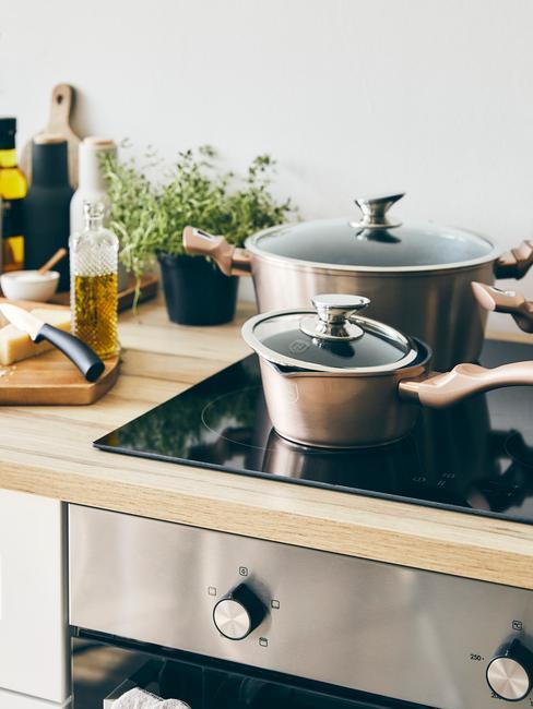 Witte keuken tren met houten blad en pannen