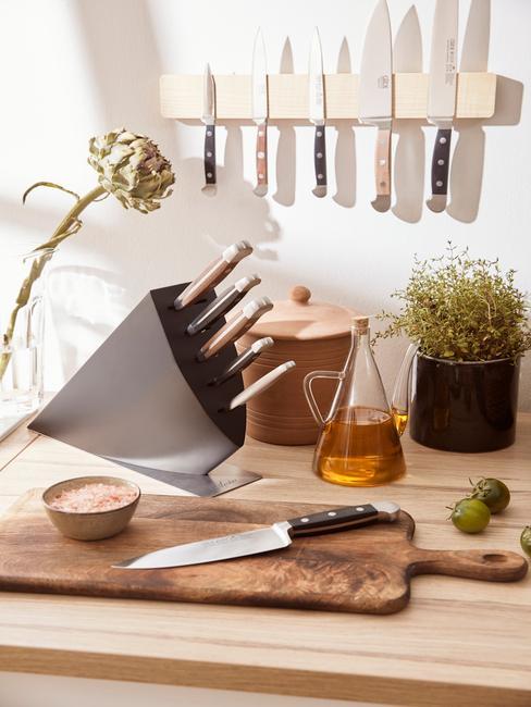 houten blad met een messenset
