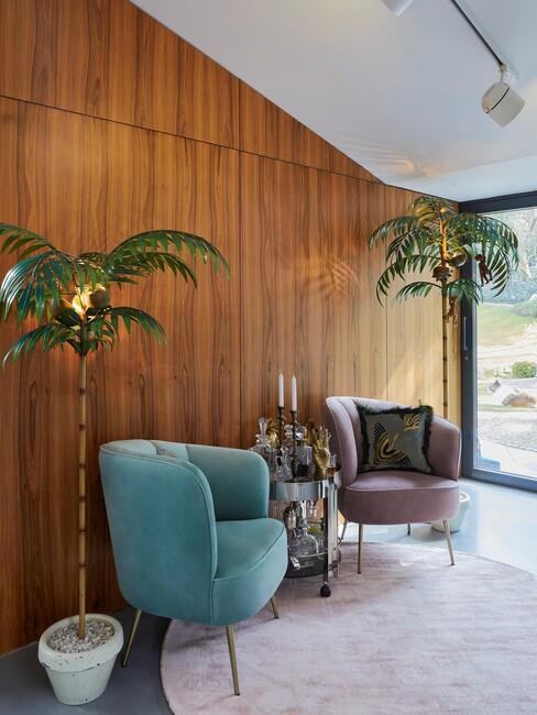 urban-jungle-interieur: met een houten muur met een blauwe stoel en een palmboom