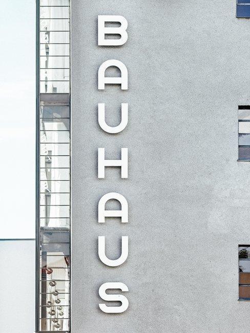Close-up woning in Bauhaus-stijl met bijbehorende banner