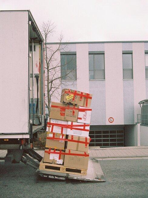 dozen en een truck voor het verhuizen