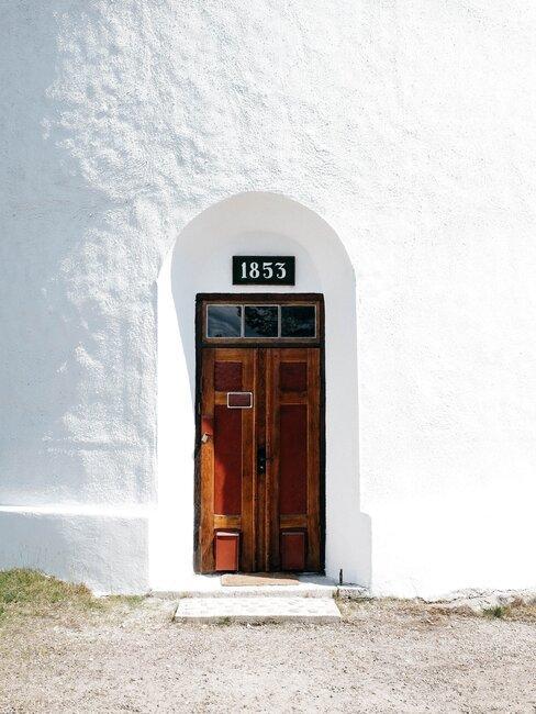 voordeur met huisnummer