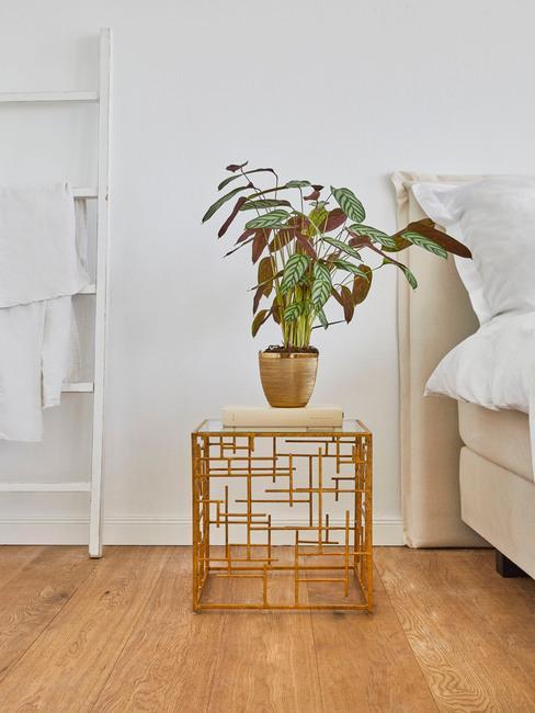 Verbeteer je binnenklimaat: Metalen bijzettafel in goud kleur met plantenpot