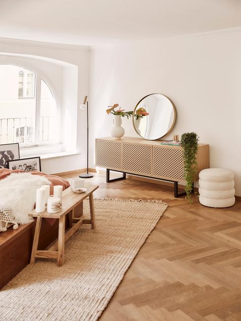Landelijke slaapkamer met houten zitbank