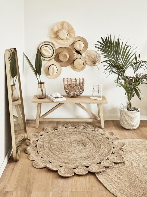 Tip tegen stress: houten zitbank en decoratieve objecten