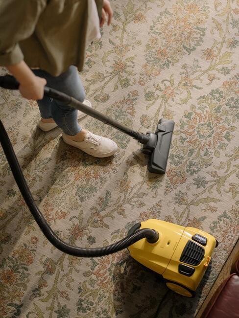 Zorg voor een schoon tapijt door middel van stofzuigen voor het behoud van schone lucht in je huis