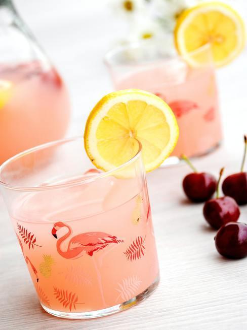 Gekoelde dranken in glazen met flamingodecoratie