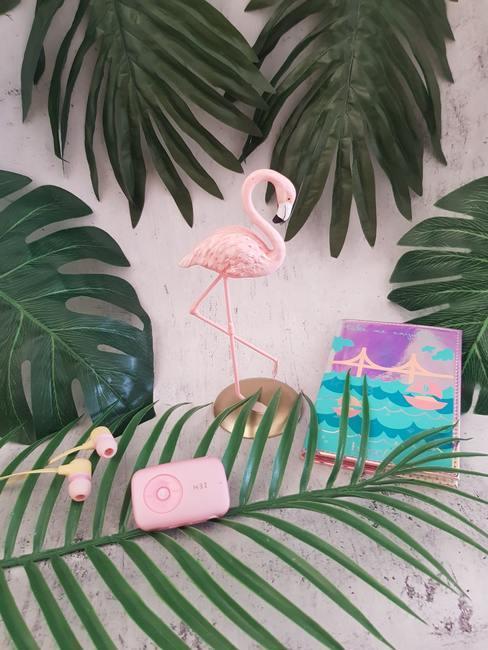 Decoratie met roze flamingo en groene bladeren