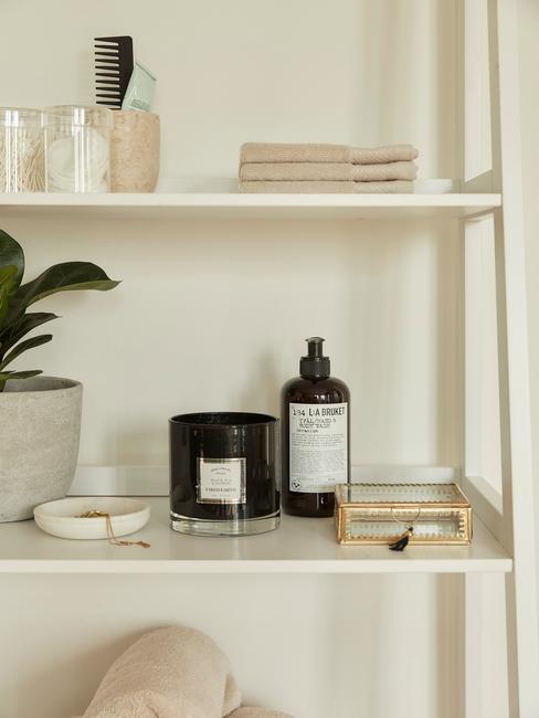 zorg voor opgeruimde kastjes en schappen in je badkamer voor een gevoel van rust