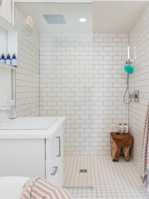 witte tegels met glazen douche