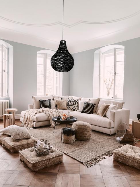 Cocoonen: een woonkamer in beige met zitbank in wit en hanglam in zwart