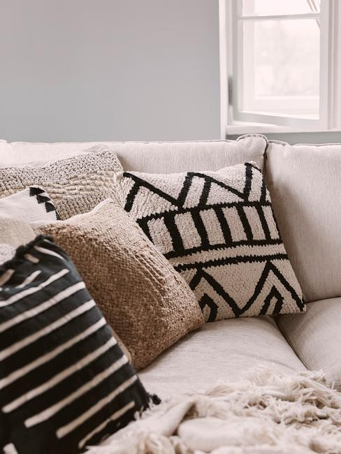 Comfortabele sierkussen op zitbank in wit