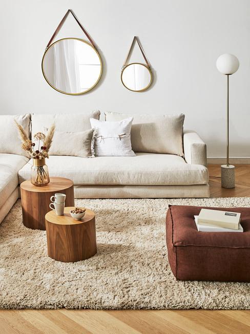 cocoonen: een woonkamer in boho stijl met decoratieve spiegels en comfortabele zitbank