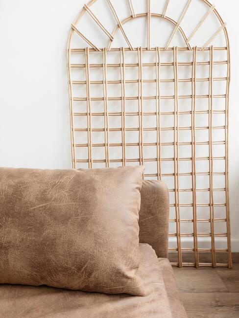 Bruine zachte zitbank naast een bamboe decoratie
