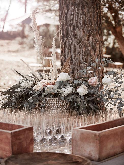 Speech bruiloft champagne glazen buiten op houten tafel met bruidsboeket