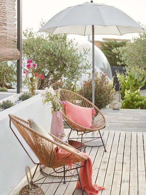 terras met parasol en stoelen