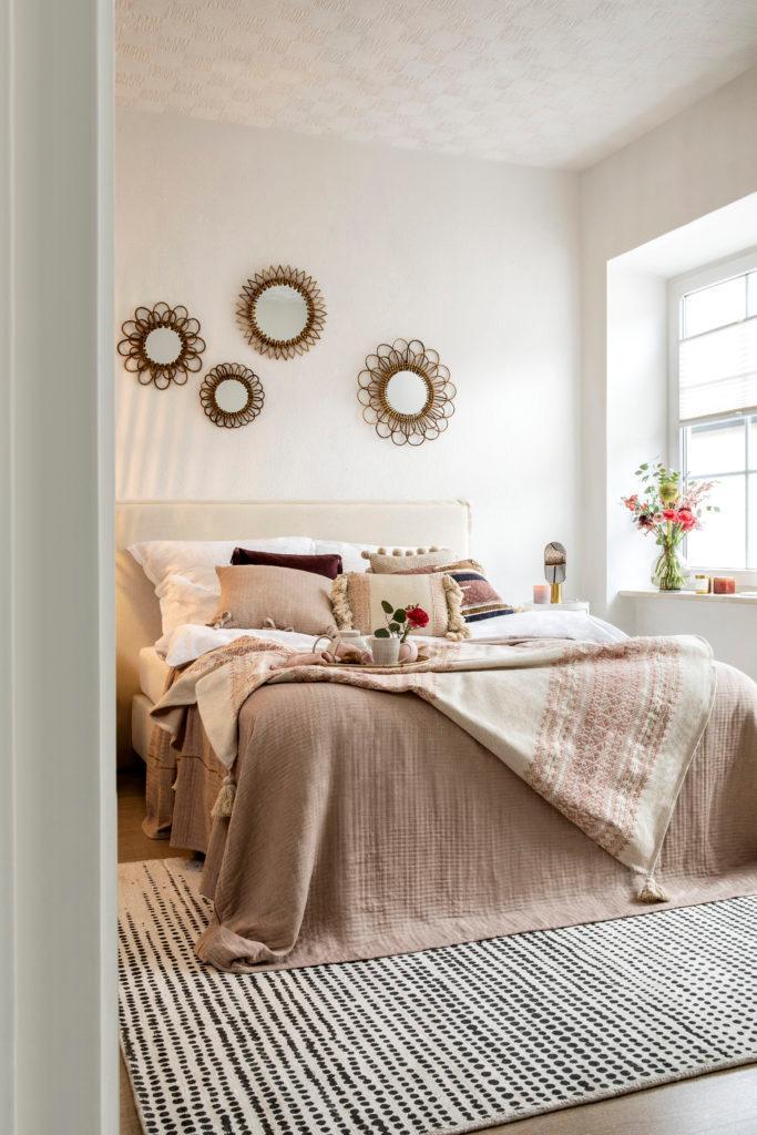 Beige slaapkamer met spiegel