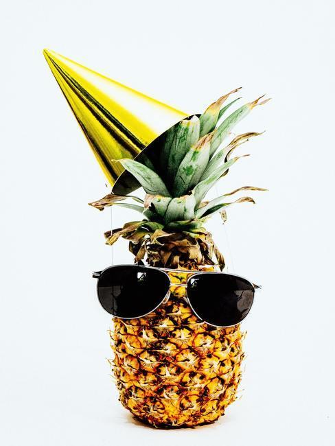 Ananas decoratie met een hoed en zonnebril