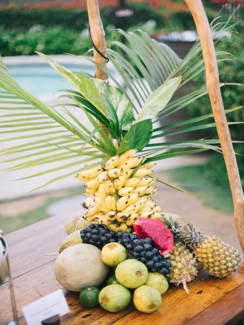 Fruit decoratie van ananas, banaan en bosbessen