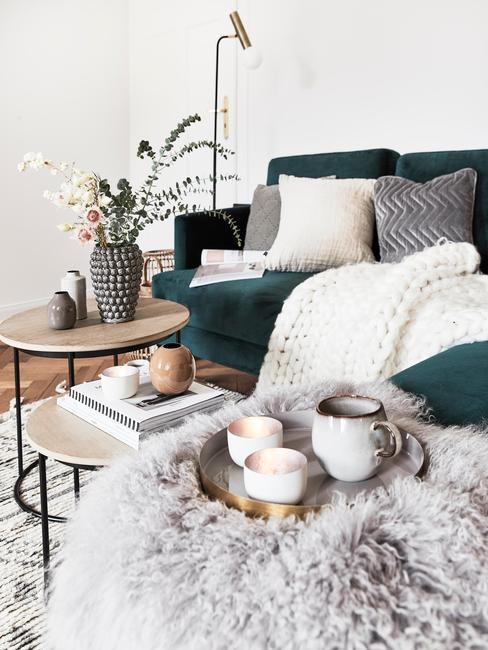 Modern woonkamer met een comfortabele zitbank in groen