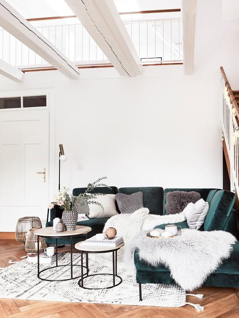 Modern woonkamer met goudkleurige vloerlamp naasr een comfortabele zitbank in groen