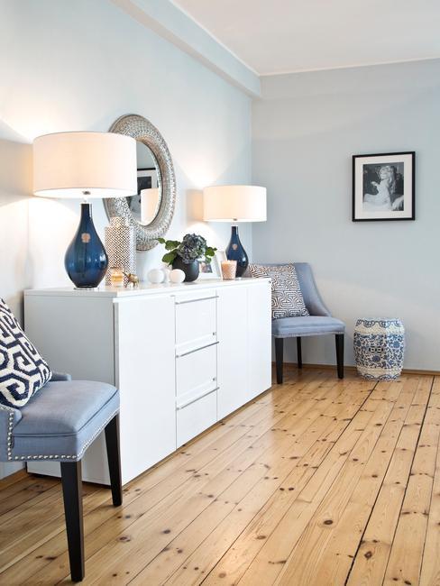 Sideboard in wit met tafellampen in blauw