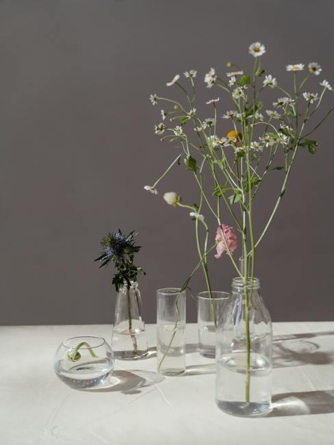 Een eenvoudige opstelling van planten in een modernistische vaas in Japanse stijl Ikebana