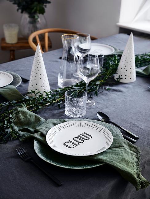 grijze kerst decoratie met wit servvies